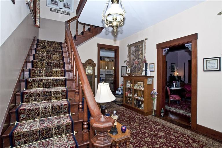Grand entryway at the Jonathan Wright House. Photo courtesy of Lindy S. Taylor, Huff Realty.